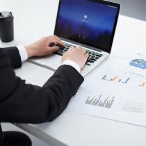 通过审计人员的专业稽查,可以在一定的程度上约束违法、违规行为,整治企业经营漏洞,保护股东利益。