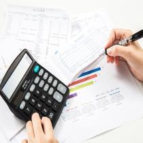 代理记账是指将本企业的会计核算、记账、报税等一系列的工作全部委托给专业记账公司完成,本企业只设立出纳人员,负责日常货币收支业务和财产保管等工作。