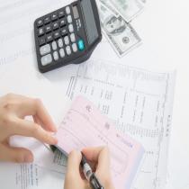 一般纳税人注销或被取消辅导期一般纳税人资格,转为小规模纳税人时,其存货不作进项税额转出处理,其留抵税额也不予以退税。